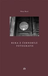 Ruka z černobílé fotografie