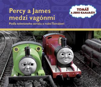 Percy a James medzi vagónmi