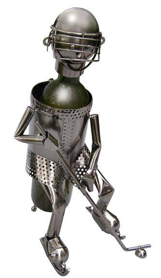Kovový stojan na víno / Hokejista